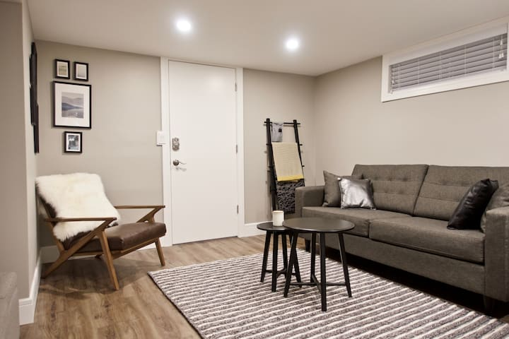 Stylish Cozy 2 bedroom suite by Broadway/Downtown