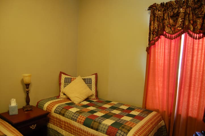 Double Single Room 3 - Patty's Place Bed and Breakfast