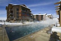 2 Bedroom Summer Condo! Onsite Game Room, Fitness Center, Hot Tubs & Pool!