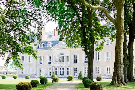 Luxury chateau in the Burgundy wine region - Charette-Varennes - Kasteel