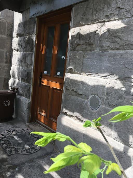 Our door is behind the front stairs. Notre porte est devant les escaliers avant.