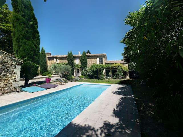 Mas familial avec piscine en Provence - Mondragon