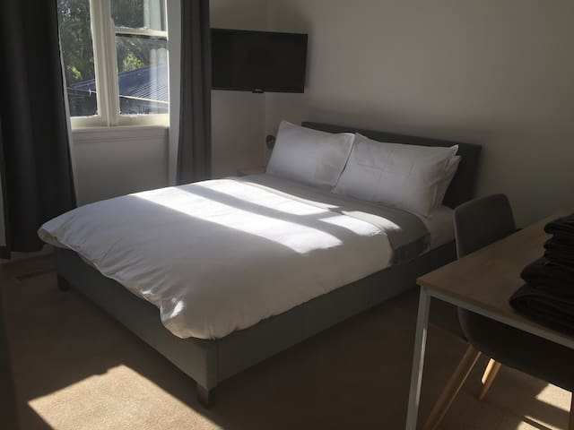 Sunny double bed in Montmorency, brekky included!