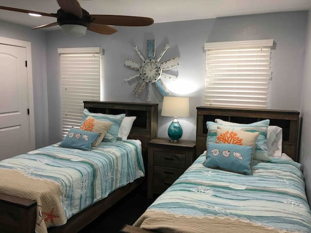 Two twin beds. Walk in closet.