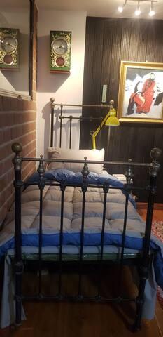 沙皇时期古董床,据说早期俄罗斯人夫妻除了做爱之外是分床睡觉的。