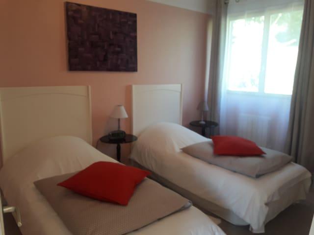 Chambre sur jardin avec 2 configurations possibles ici 2 lits simples 90X190