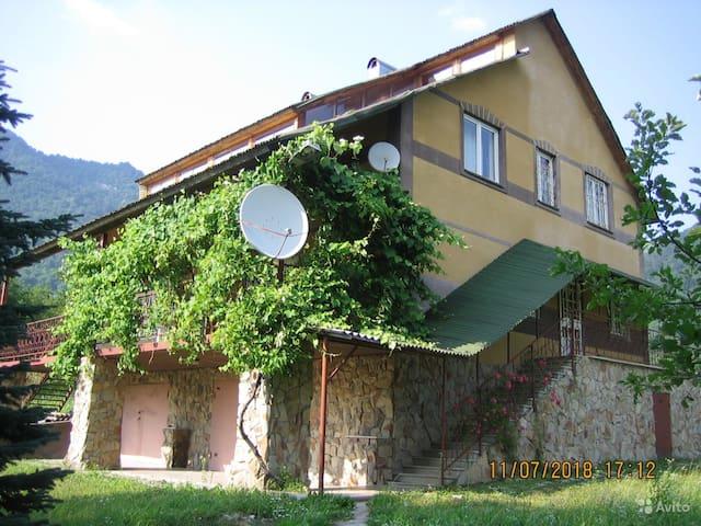 Загородный дом окруженный горными хребтами