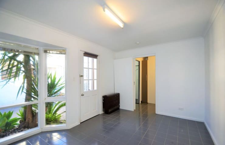 Charming, Central Renovated Studio w private entry