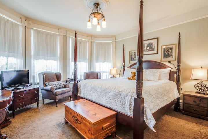 Victorian Style Bed and Breakfast - North Suite