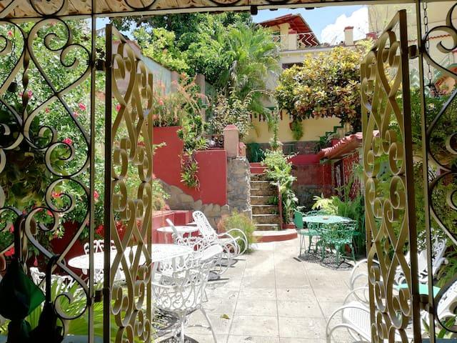 Detrás de esa maravillosa vegetación atravezando el gran patio central está la Cabaña o Habitación 4, con todas las comodidades necesarias para unas buenas vacaciones