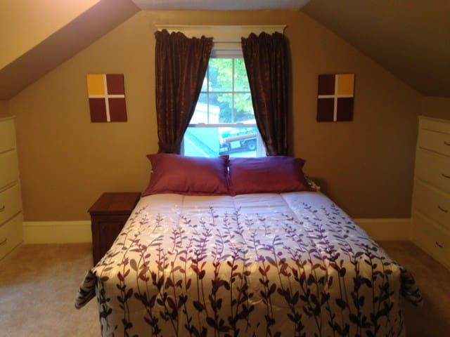 Cute Room in Home Close to Downtown - Auburn - House
