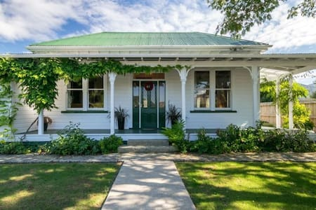 Historic Villa with Arresting Views - Havelock - Hus