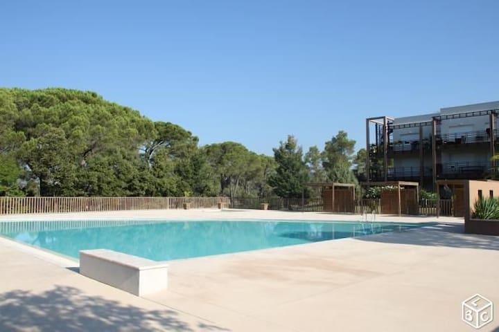 Fréjus 4 personnes avec loggia et piscine - Fréjus - Selveierleilighet