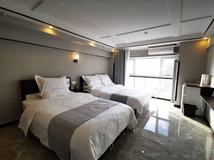 【玥庭】金鼎国际(万达广场对面)高级双床房,云辉玉宇。