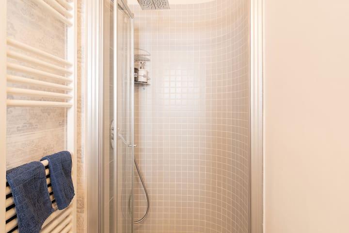 Box-doccia con soffione e doccetta