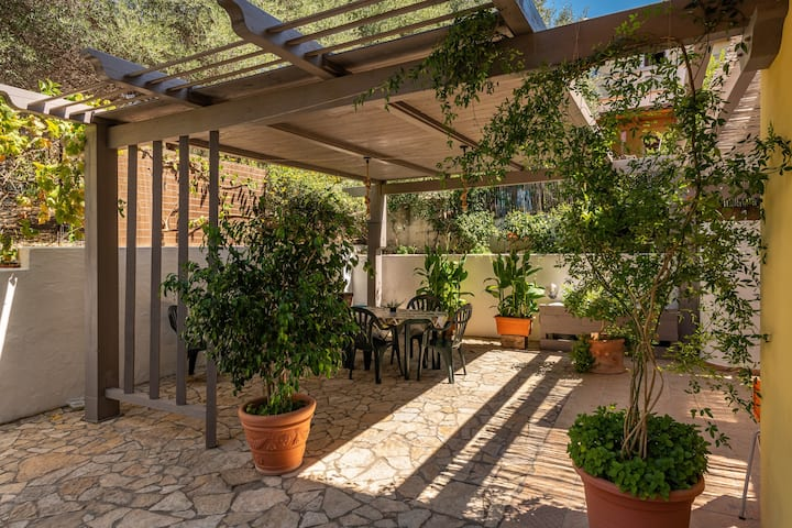 Holiday Apartment Sapposentu de Dinu with Wi-Fi, Terrace & Garden; Parking Available, Pets Allowed