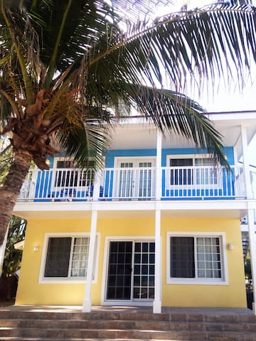 Affordable Beachfront Vacation (Lower Unit 1 bdrm)