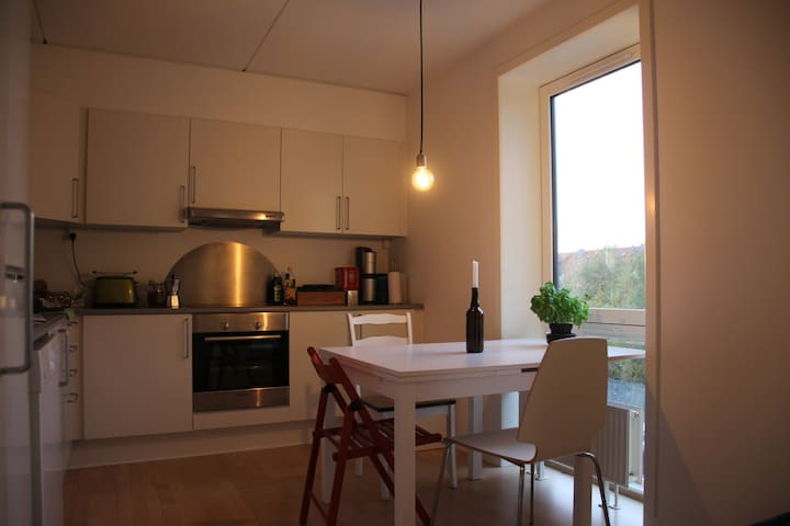 Kitchen with expandable table