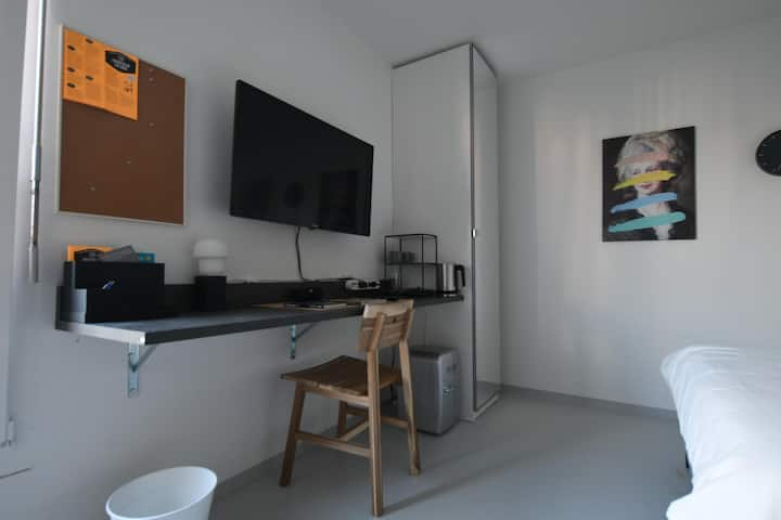 Large Fully Equipped Room - Zurich