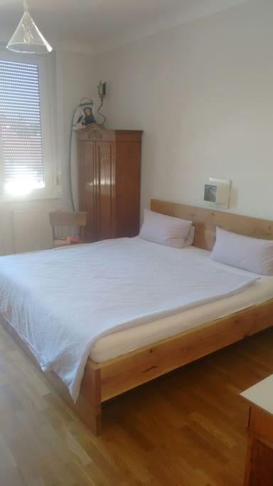 Schlafzimmer mit Doppelbett 200x200
