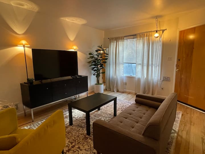 GREAT FIND! Wonderful Downtown Retreat 2 Bedroom E