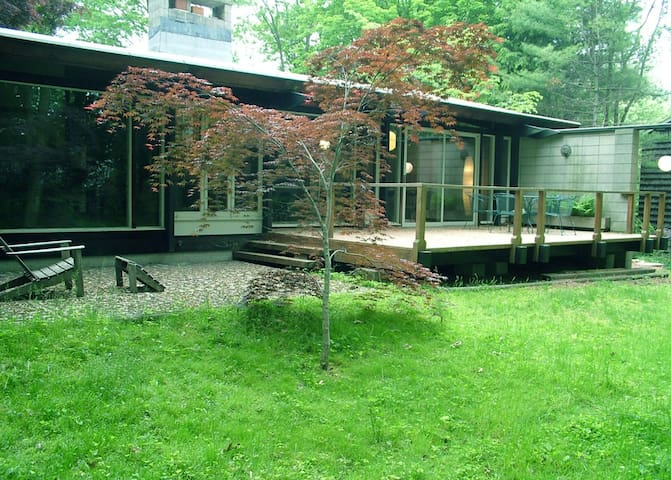 Rooms in Unique Midcentury Modern near town+campus - North Haven - Casa