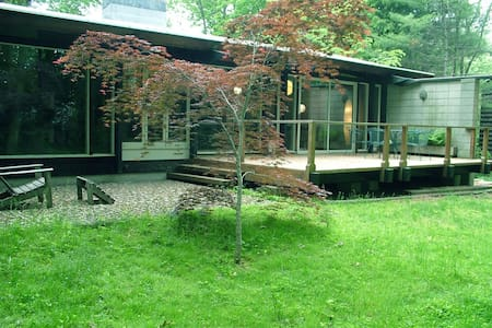 Rooms in Unique Midcentury Modern near town+campus - North Haven - Hus