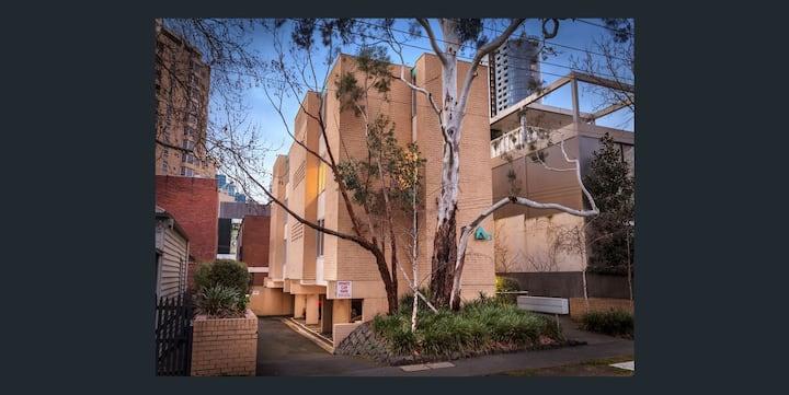 Quiet, Sunlit Apartment in South Yarra