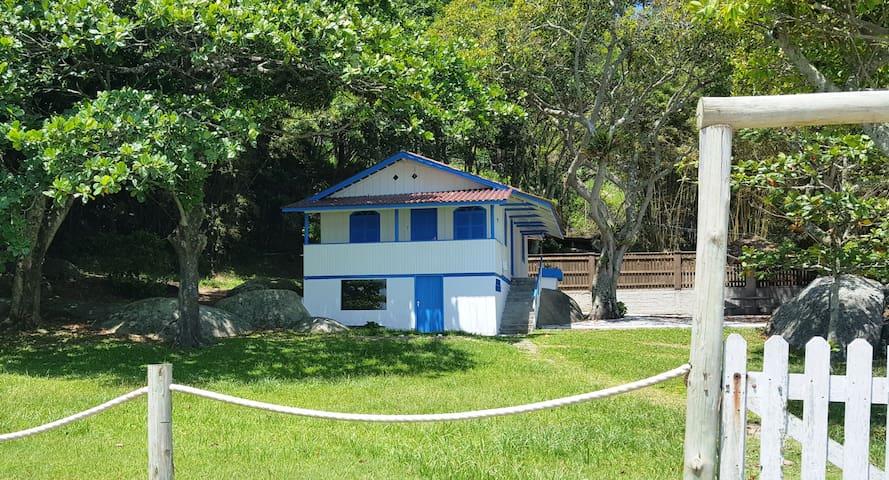 O encanto de uma casa de pescadores pé na areia - Bombinhas - House