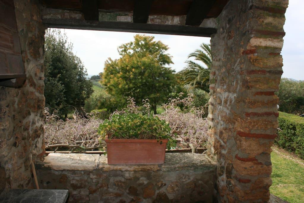 Il panorama sui giardini dalla piccola terrazza di ingresso al soggiorno