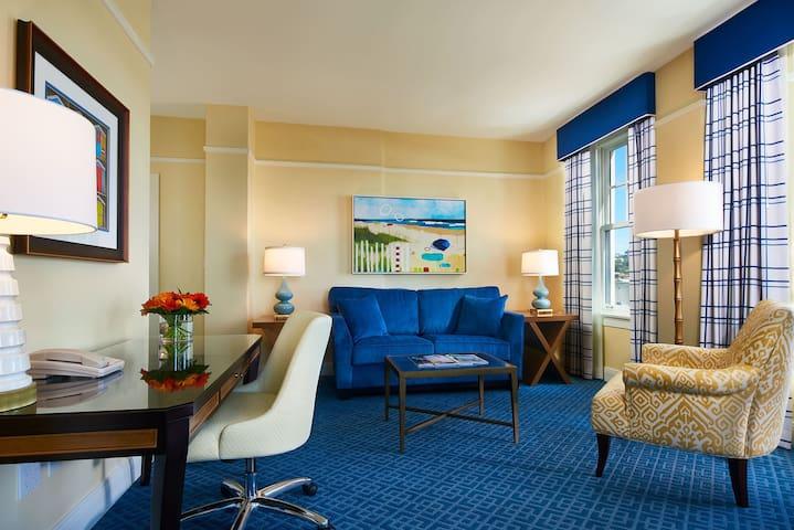 Spacious + Warm Ocean View Suite | Close to beaches!