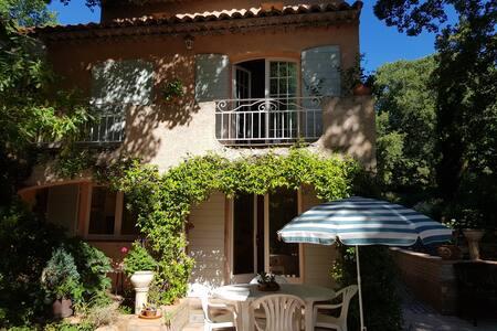 Studio indépendant dans  propriété provençale.