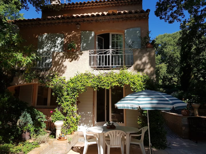 Studio indépendant dans  villa provençale.
