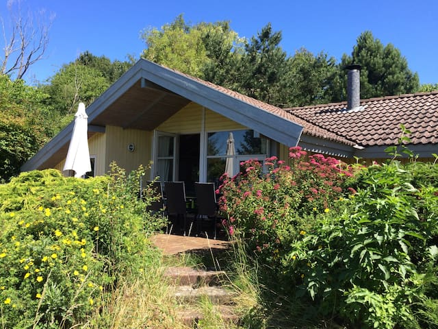 Spacious house in big garden 1 km from great beach - Eskebjerg - Chalet