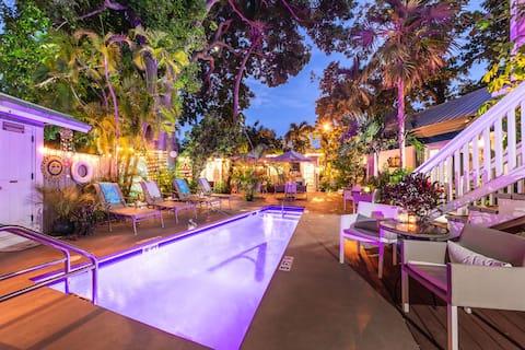 Steps off Duval-Beautiful King room w bathroom, FREE BREAKFAST & HAPPY HOUR, pool view