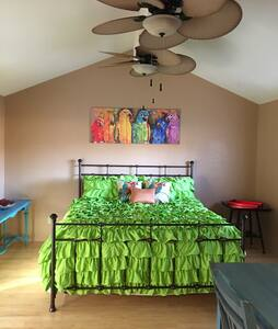 THE PARROT ROOM MASTER SUITE N BATH - Riverbank