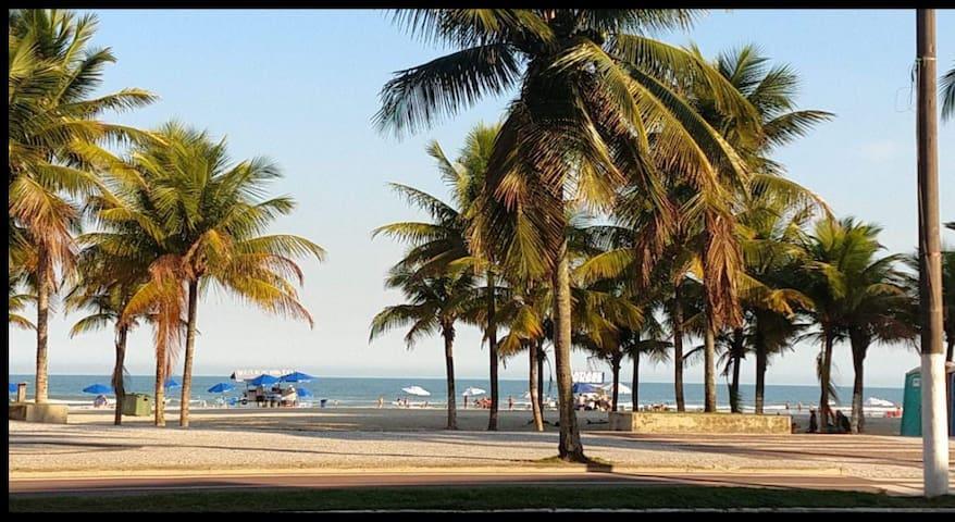 Kitnet Boqueirão da P. Grande-50m da praia c/ WiFi