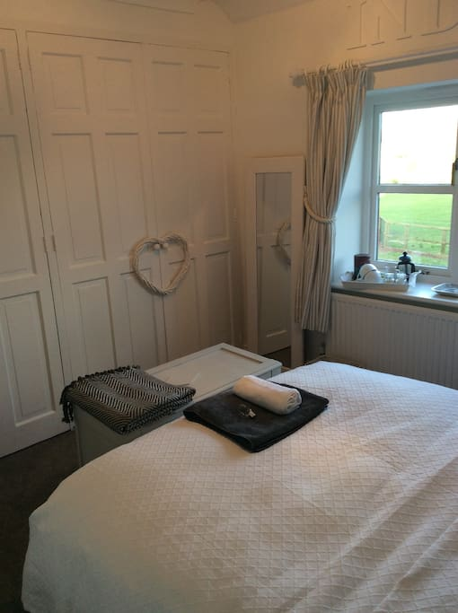 Light and airy double room, comfortable bed
