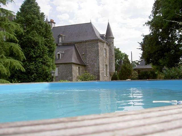 Dans dépendances d'un Château,dépaysement, piscine