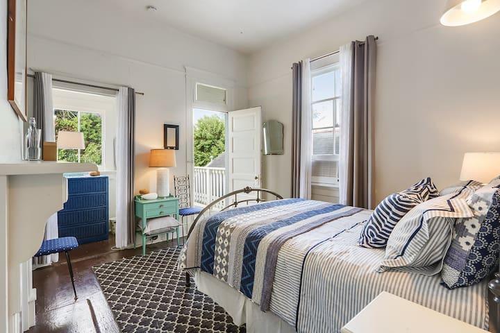 Charming Uptown House Sleeps 6, Near Oak St.