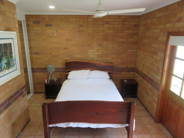 Private Room, Own Bathroom. Near Airport & City