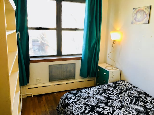 Sunny Greenpoint Room * Great Location (Monthly)