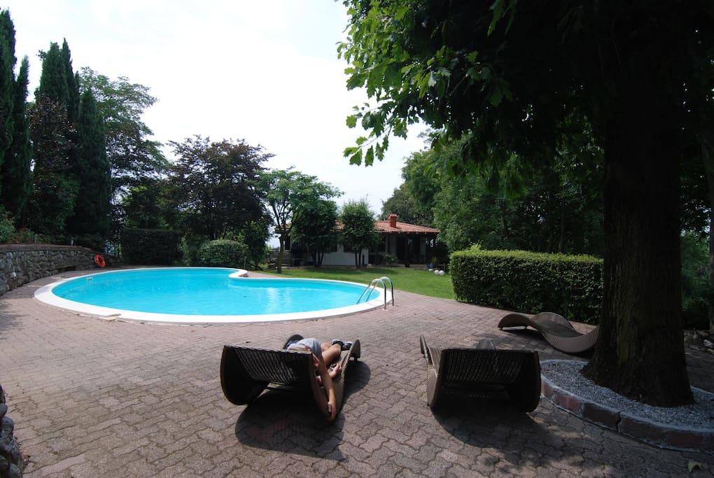 Villa con piscina lago d 39 iseo villas louer for Piscina iseo