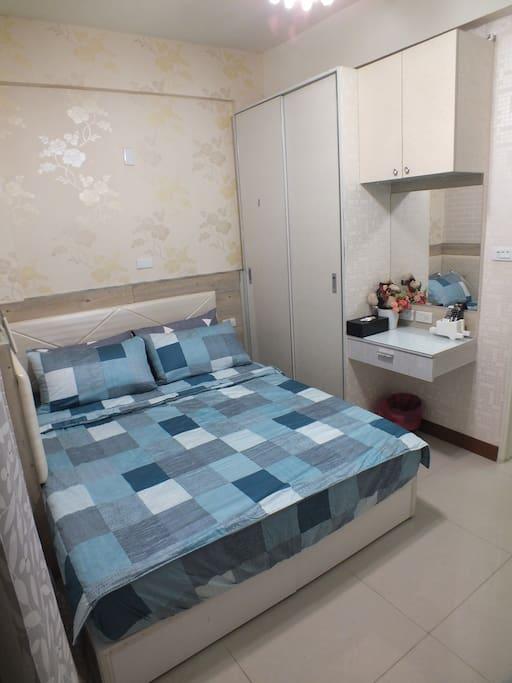 豐收房型:配備雙人獨立筒蜂巢彈簧床,櫥櫃,工作桌