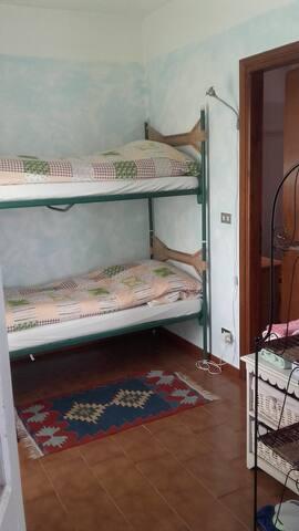 Comodo letto a castello adatto per adulti e bambini. Il letto superiore è adatto a bambini sopra i 10 anni . Mi sto attrazzando per aggiungere una sponda di sicurezza :-) Accanto alla cameretta c'è il bagno