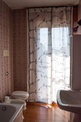Bagno con vasca-doccia.