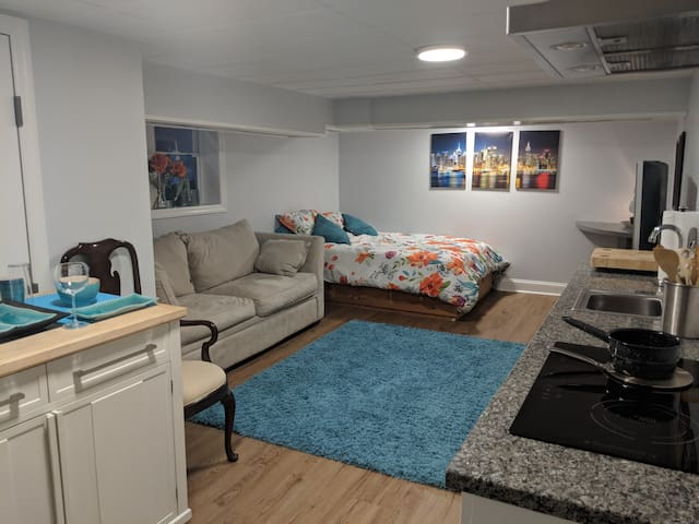 Center of town— newly renovated granny flat.