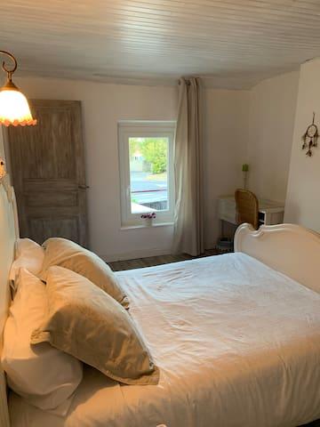 Chambre calme avec accès séparé des propriétaires