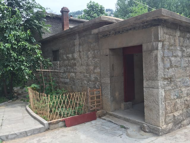 依山环水的小院,纯手工打造的石头房子,济南七十二名泉之一、著名的洪范泉群其中