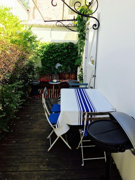 petit patio a l abri des regards et son barbecue